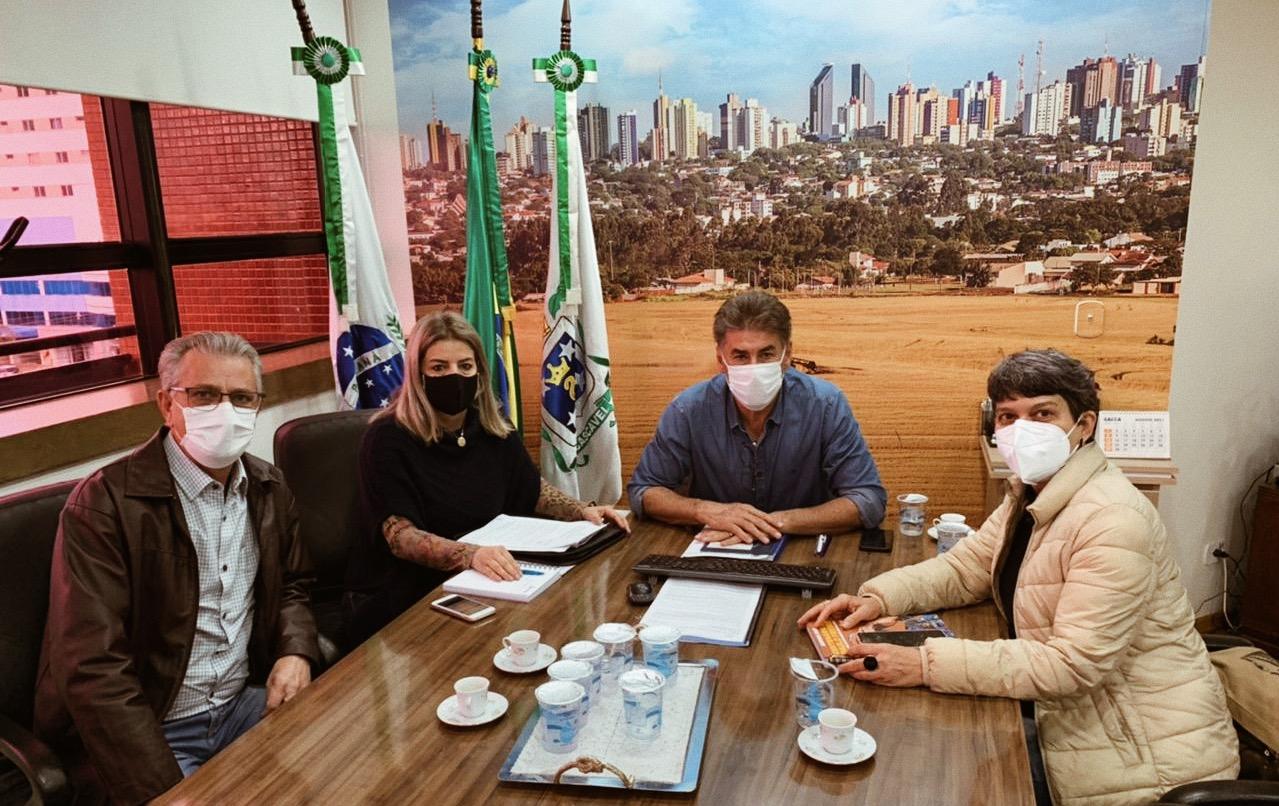 Na reunião, da esq. para a dir.: Professor Santello, Márcia Baldini, prefeito Paranhos e Professora Liliam