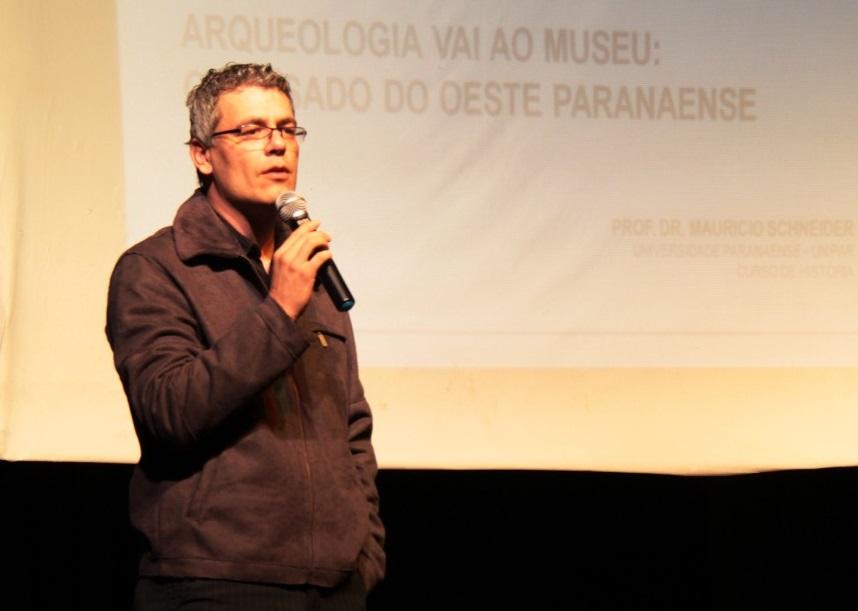Maurício Schneider fala palestra sobre o legado arqueológico do oeste do Paraná